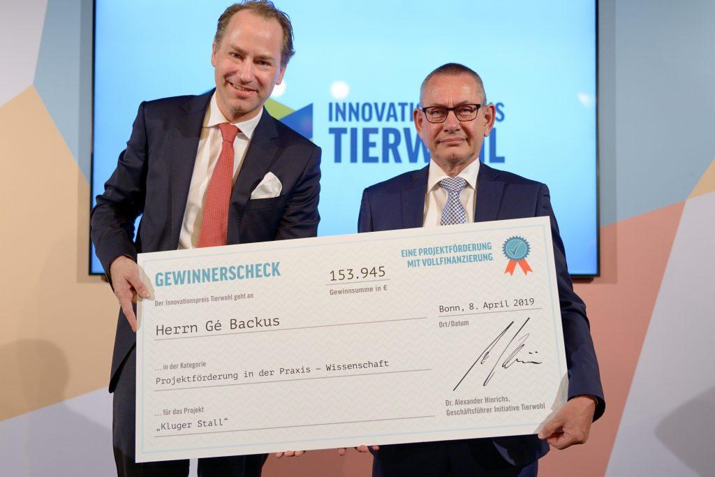Projectpartner Gé Backus ontvangt onderscheiding van Duitse Initiative Tierwohl